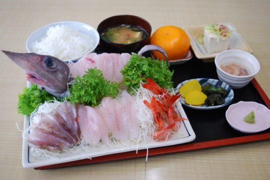魚重食堂で一番人気の「深海魚の刺身定食」(内容は一例)。写真の魚はゲホウ