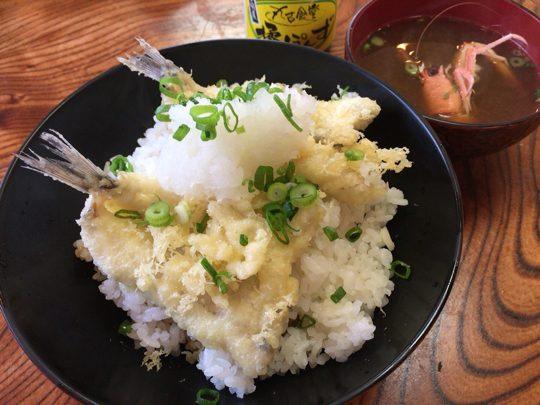 丸吉食堂オリジナル・深海魚の天丼「どん底丼」。ボリュームたっぷりの天ぷらが二層になっている
