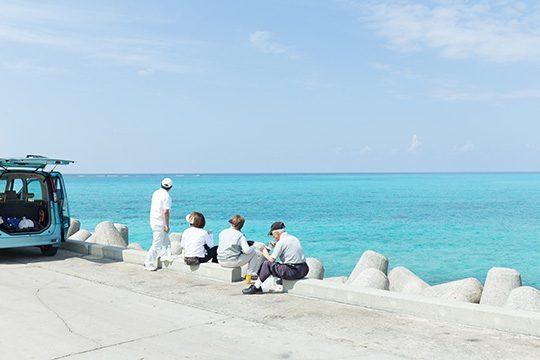 下地島にある、下地空港脇の海を見ながらお弁当