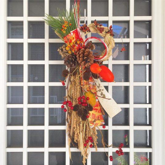 南房総ほんまる農園さんの稲わらを使ったお飾り。施された木の実も、うちの近所のもの。フローリストのmicrom高畠さんのデザインです。