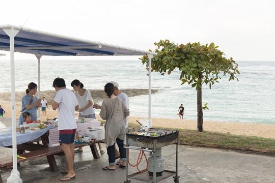 トロピカルビーチで友人たちとビーチパーリーを
