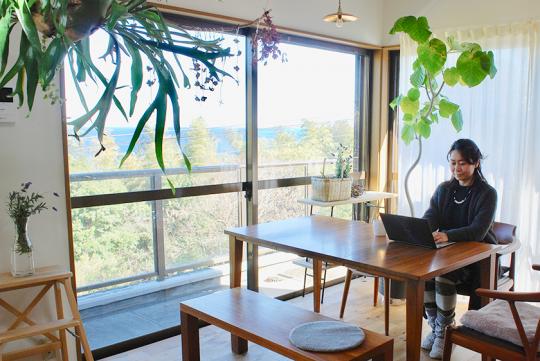 キッチンとつながるリビング・ダイニングから見えるのは、南熱海の絶景