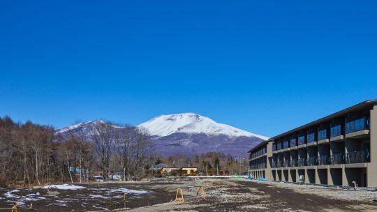 冠雪の浅間山とHV棟の様子(東急ハーヴェストクラブ軽井沢&VIALA)