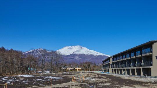 東急ハーヴェストクラブ軽井沢&VIALA グリーンフィールド予定地から望む、ハーヴェスト棟と浅間山