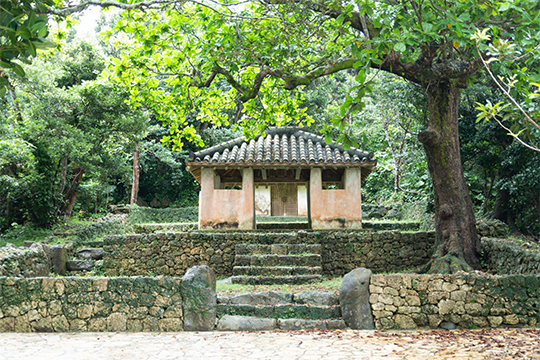 中国の土地神を祀ったものの中で、県内では最大規模の「瀬底土帝君」