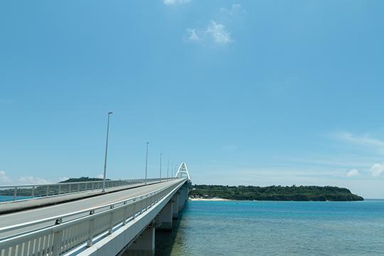 瀬底大橋で本島とつながる「瀬底島」