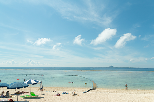 島内の人気スポットのひとつ「瀬底ビーチ」