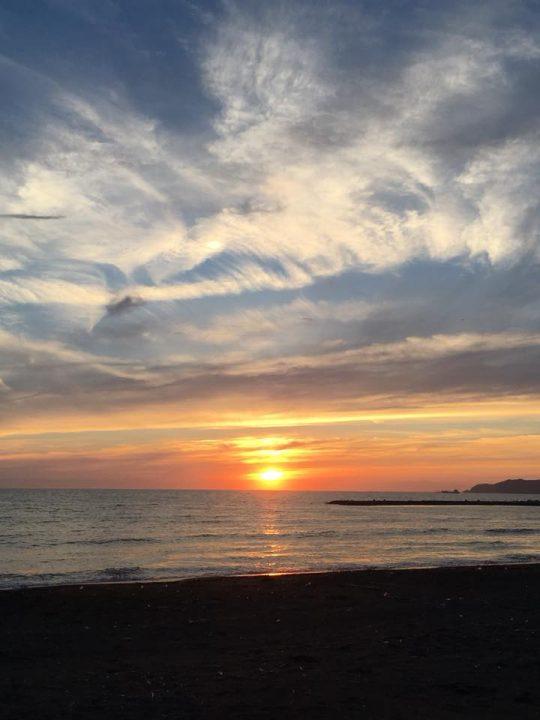 そんな日は、海辺も混んでいません。美しい夕日を、人気の海辺を独り占めにしながらゆっくり堪能することができます。