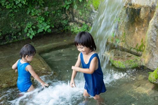 湧き水が豊富で、子どもの格好の遊び場