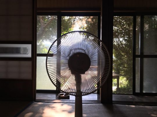 この安い古い扇風機1台で、南房総の我が家の夏は乗り切れました。