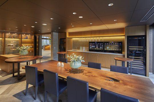 東急ハーヴェストクラブ軽井沢&VIALAでは「ワインテラス」奥のサーバーでワインを購入できます