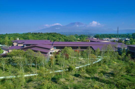 空撮したガーデンとセンター棟、浅間山
