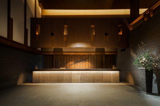 東急ハーヴェストクラブ軽井沢&VIALA フロントも天井の高さが印象的