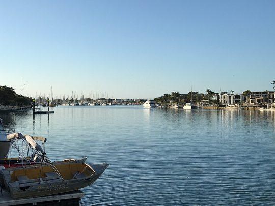 専用のマリーナを備えた海沿いの大邸宅が、オーストラリアのサンシャインコーストではシンガポールの10分の1以下の価格で購入できる