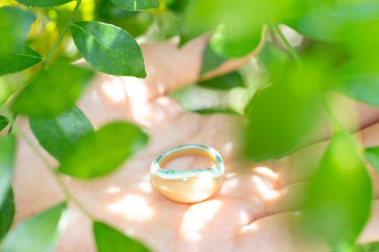 夜光貝から削り出した、自然の模様が美しい指輪