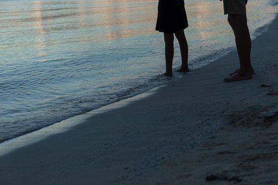 夕方のビーチで。暮れ行く島の色が美しい