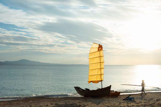 沖縄の伝統的な帆掛け船「サバニ」に乗って