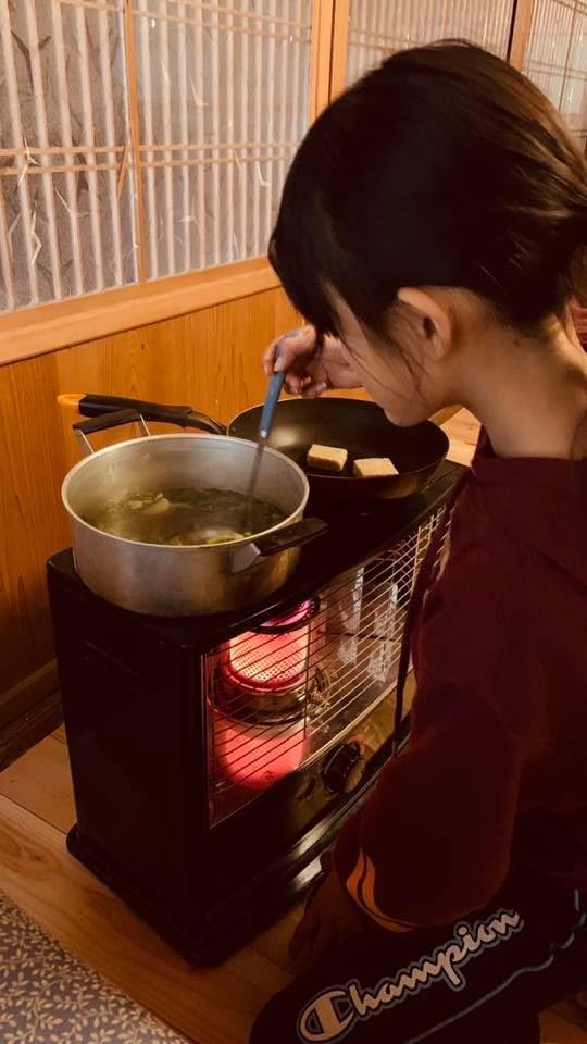 友人のつくったお餅と、友人のつくった大根と鶏肉で、お雑煮をつくります。時節柄。