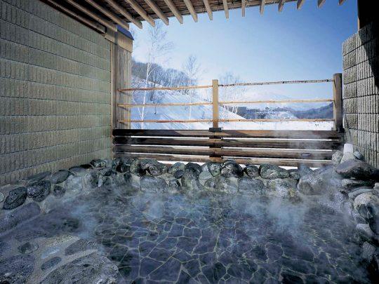 黒姫山を眺めながら温泉露天風呂でリラックス