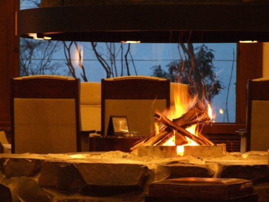 東急ハーヴェストクラブ蓼科リゾートのラウンジで揺らめく炎を眺めるひと時を