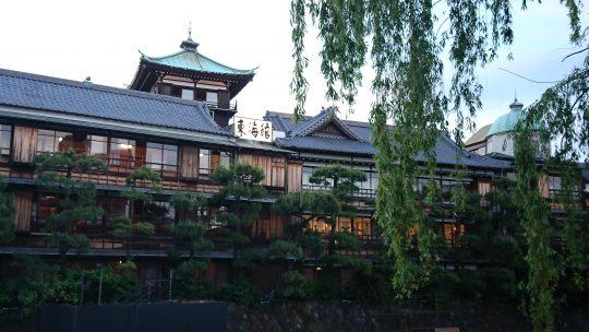 今では珍しい木造旅館の「東海館」