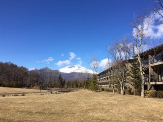 浅間山も冠雪し、グリーンフィールドの芝生もすっかり冬色に