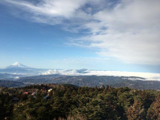 (東急ハーヴェストクラブ天城高原の客室から見た天城連山と富士山)
