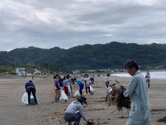 これは北条海岸のゴミ拾い。漂着した木っ端やビニールゴミなど、いつもに増していろいろ落ちてたなあ。100人以上でがんばったら、みるみるきれいになりました。