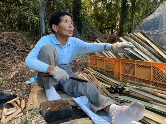ほれ、ここに新しい竹置いてって。次から次へと新しい竹が積まれ、どんどんどんどん竹ペグがつくられていきます。