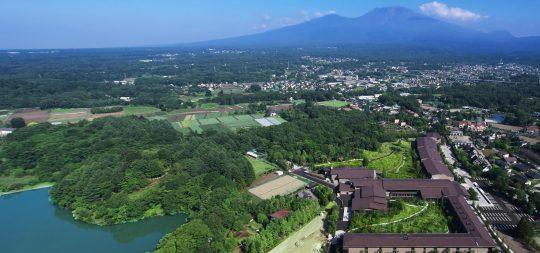上空から見た軽井沢&VIALA。奥にそびえるのは浅間山