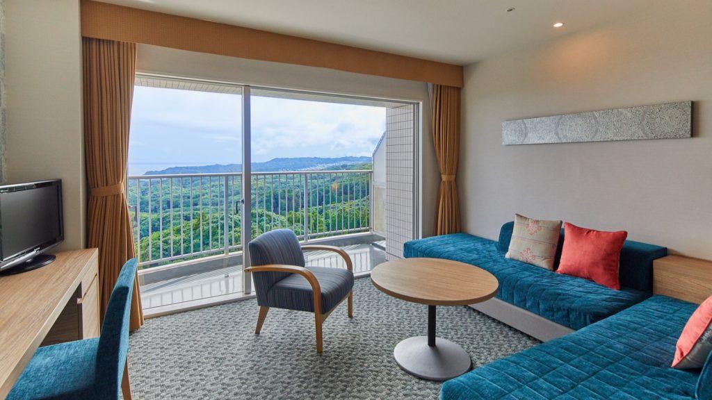 「東急ハーヴェストクラブ勝浦」の新しくなった客室。ソファーや椅子の青にアクセントの赤が映えますね