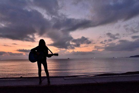 今でも家族全員で南房総にいる時が、2ヶ月に1度くらいあります。末娘のギターを聞きながら潮風にあたっていると、大げさでなくて「あーこれまで生きててヨカッタナー」と思います。