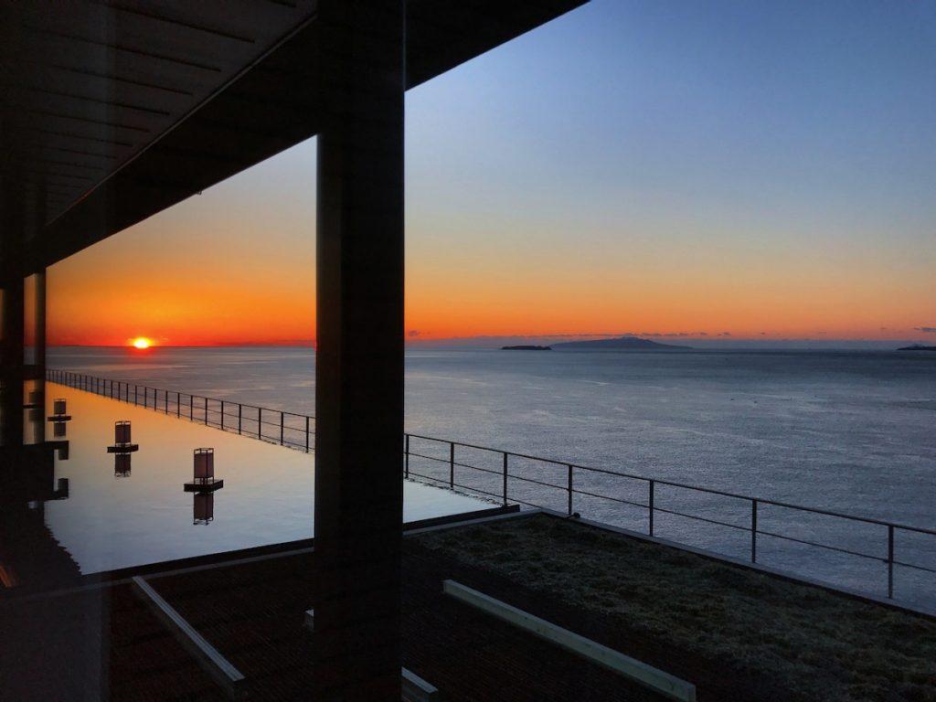 最後は、東急ハーヴェストクラブ熱海伊豆山&VIALAから眺める朝日。柿色の太陽から空の青と海の青に向かうグラデーションが美しいですね