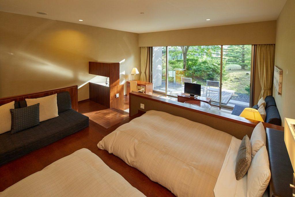 旧軽井沢アネックスの客室はゆったり広々。庭のイスに座ってのんびり過ごすのもいいですね