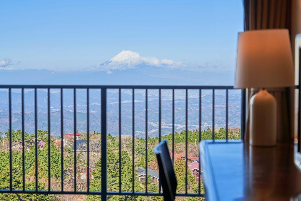 天城高原の客室から富士山を遠望する