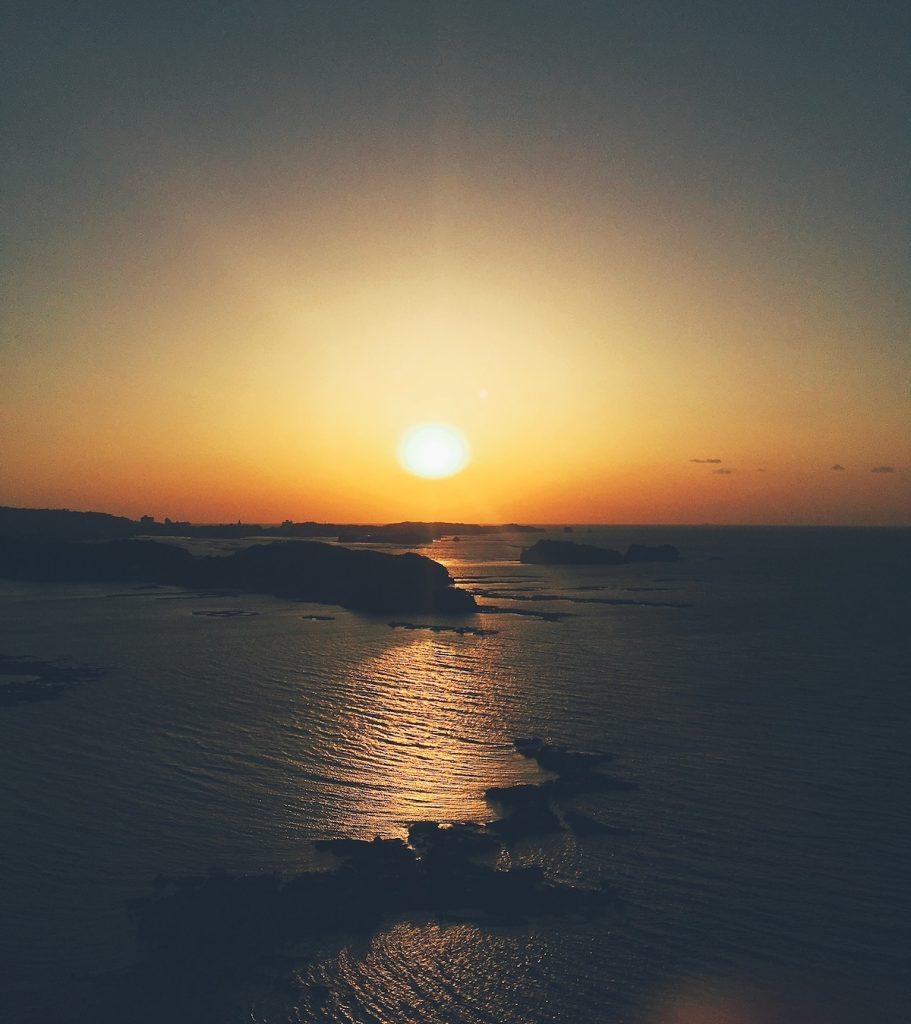 東急ハーヴェストクラブ南紀田辺でご覧いただく夕陽はこんな様子。墨色の中に沈む太陽は幻想的ですね