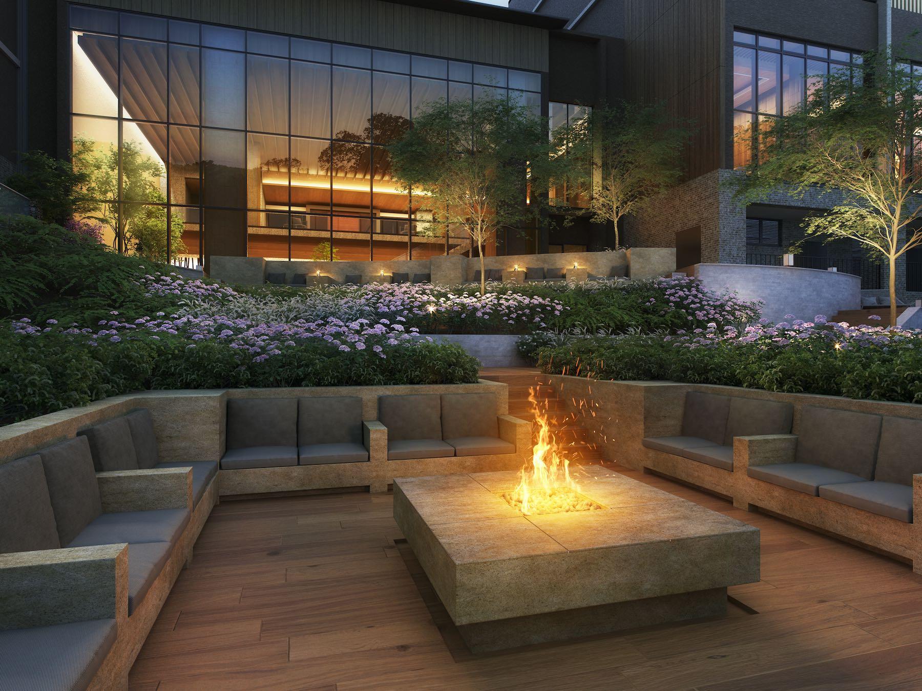 「東急ハーヴェストクラブVIALA鬼怒川渓翠」のテラスに設たファイヤーピット。揺れる炎を眺めながら何も考えずのんびりとした時間を過ごす贅沢を